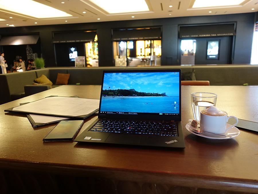 ThinkPad X1 Carbon 開くと存在感抜群