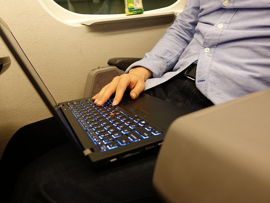 新幹線でX280のキーボードを打つ