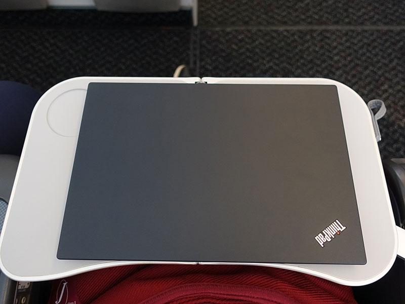 X280 のサイズが飛行機のサイドテーブルにピッタリ