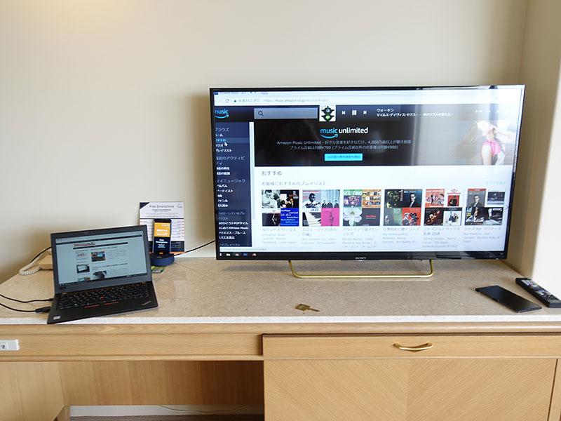 X280 HDMI ケーブルをつなげてホテルの部屋内でマルチモニタ