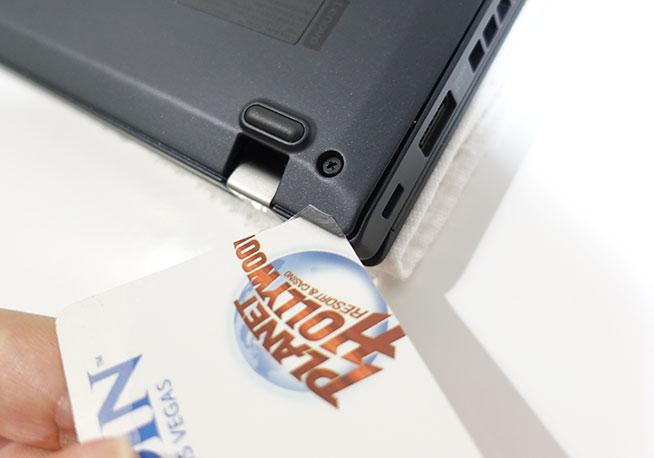 X280 裏蓋が開けずらい場合は使わなくなったクレカや会員証などプラスチック製のものを使う