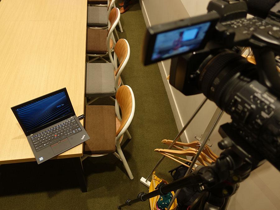 映像撮影現場ではX280にカードリーダーをあらかじめセット