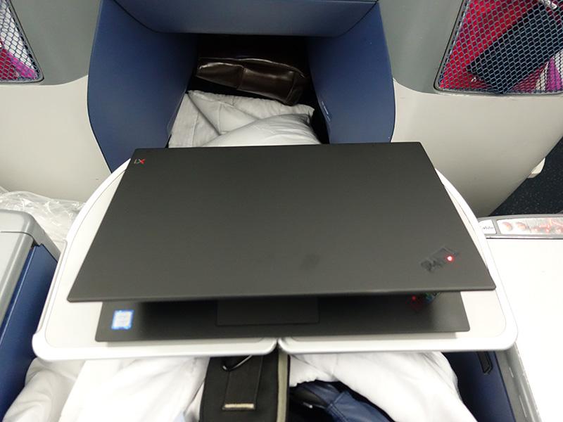 飛行機内テーブルに15.6インチがぴったり