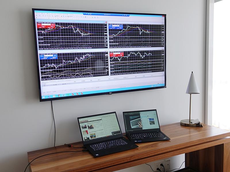 大型テレビに株式投資やFXのチャートを表示