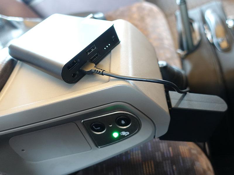 新幹線でモバイルバッテリーを充電中