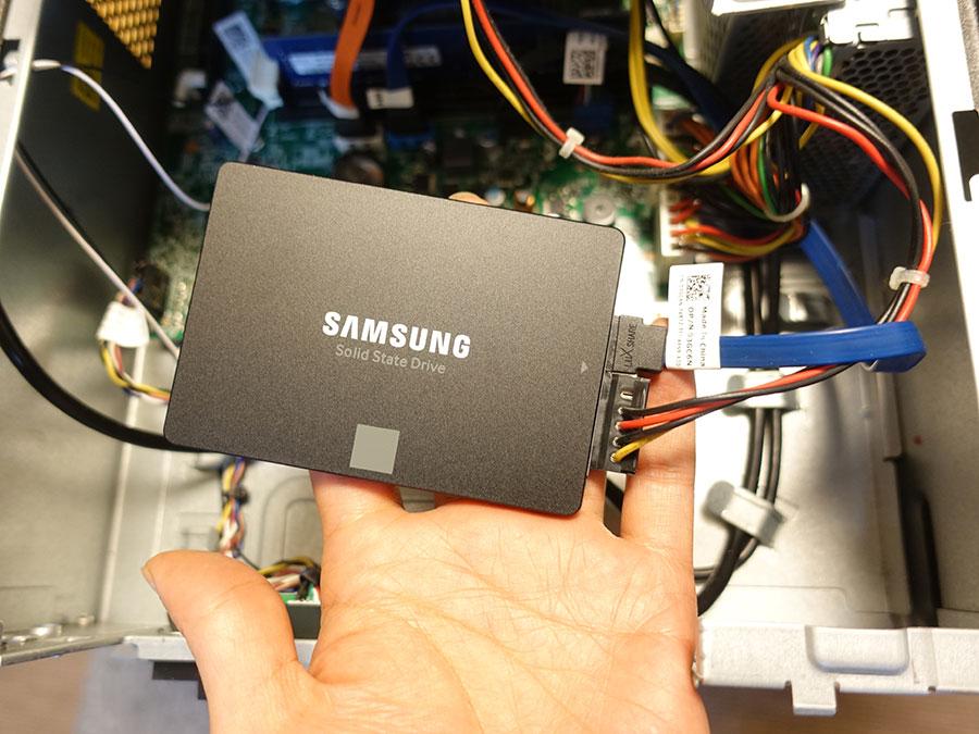 2.5インチSSDにケーブルを接続